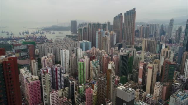 vídeos de stock e filmes b-roll de aerial shot flying backwards from yau ma tei, mong kok, hong kong - mong kok