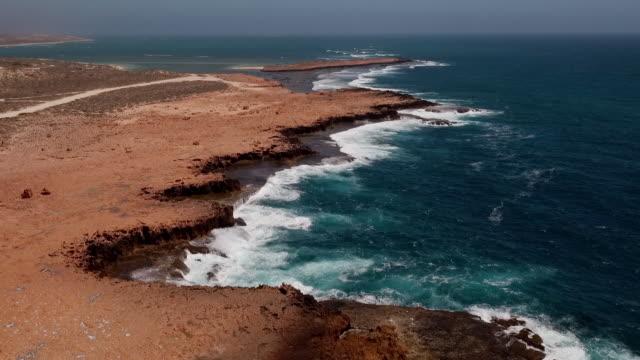 stockvideo's en b-roll-footage met aerial shot flying forward over carnarvon coastline, western australia, australia - spuitgat