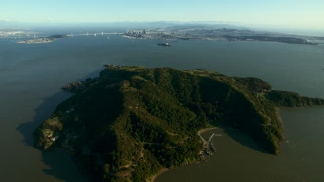 aerial shot flying over angel island, a california historical landmark, in the san francisco bay. - angel点の映像素材/bロール