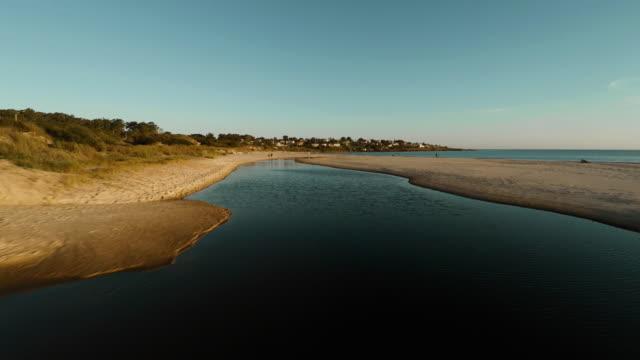 vídeos de stock e filmes b-roll de aerial shot flying over sandy coast - banco de areia