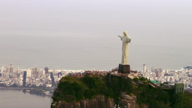 vidéos et rushes de aerial shot from copter of famous statue of christ. - corcovado