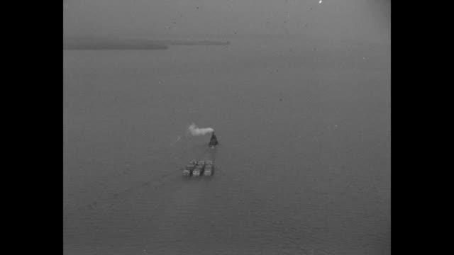 vídeos y material grabado en eventos de stock de aerial shot from hydroplane over water showing tugboat pulling three small barges / aerial shot from hydroplane over washington dc of the us capitol... - hidroplano