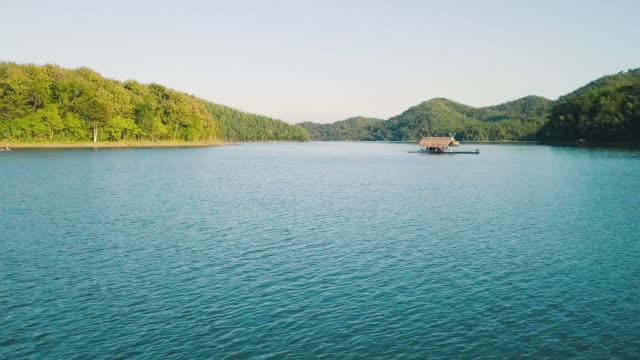 vídeos de stock e filmes b-roll de aerial shot : houseboat on the lake at loei province, thailand - barco casa