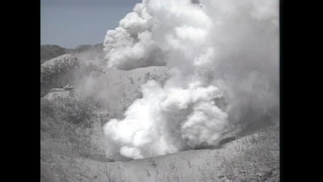 vídeos y material grabado en eventos de stock de aerial shot mount unzenfugendake erupted and fumes the white smoke 1991 - paisaje volcánico