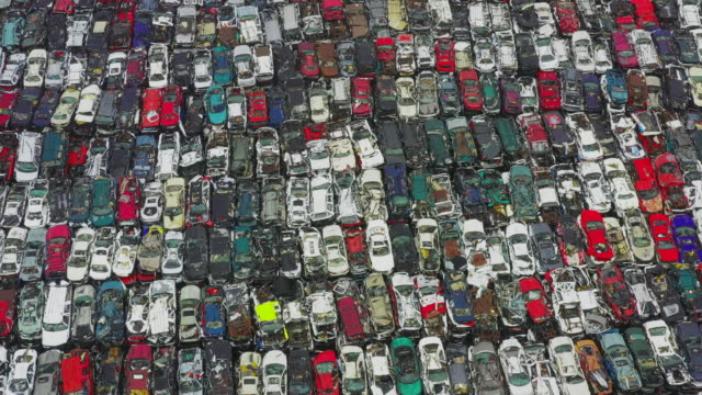 aerial shot moving backwards above a large pile of damaged vehicles, texas, united states of america - automobilindustrie stock-videos und b-roll-filmmaterial