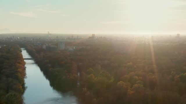 aerial shot munich skyline in the sunset - ミュンヘン エングリッシャーガルテン点の映像素材/bロール