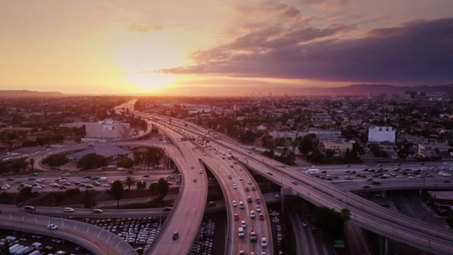 vídeos de stock, filmes e b-roll de aerial shot de intercâmbio 10/110, los angeles, ao pôr do sol - tráfego