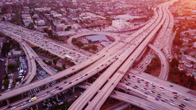 vídeos de stock e filmes b-roll de aerial shot of 10/110 interchange, los angeles at sunset - expansão urbana