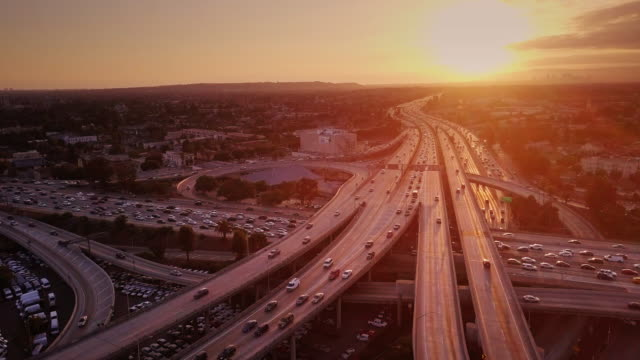 vídeos de stock e filmes b-roll de aerial shot of 10/110 interchange, los angeles at sunset - nó de junção de autoestrada