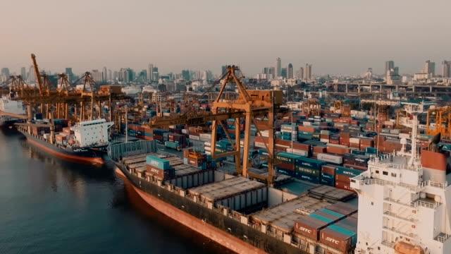 vídeos y material grabado en eventos de stock de toma cenital de un contenedor de carga directa - terminal de ferry