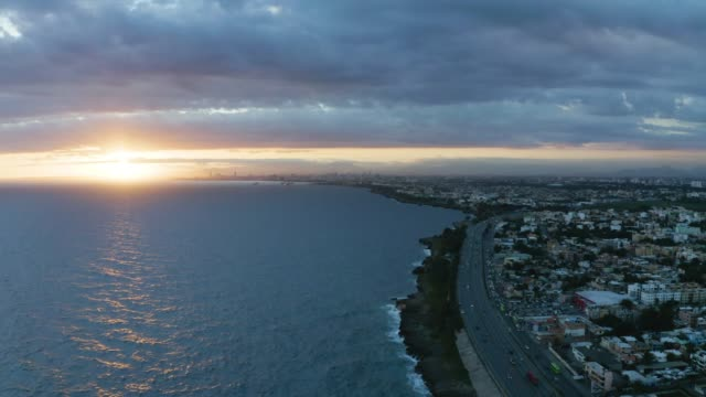 ドミニカ共和国の日没時の都市の海岸線の空中ショット - ドミニカ共和国点の映像素材/bロール