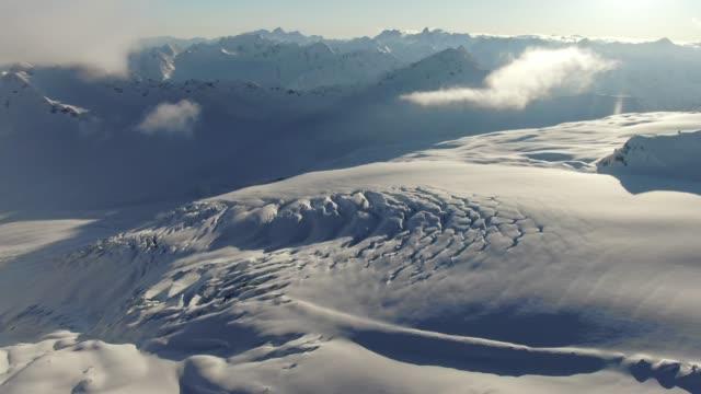 Projectile aérien d'une vallée de montagne nuageuse dans les montagnes du Caucase