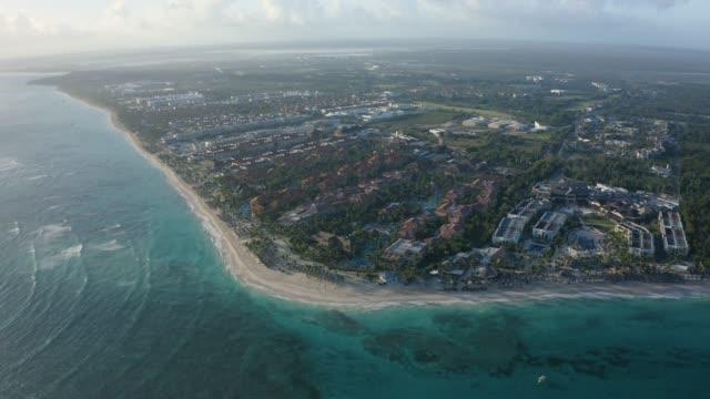 晴れた日に海辺のリゾート地の空中ショット - ドミニカ共和国点の映像素材/bロール