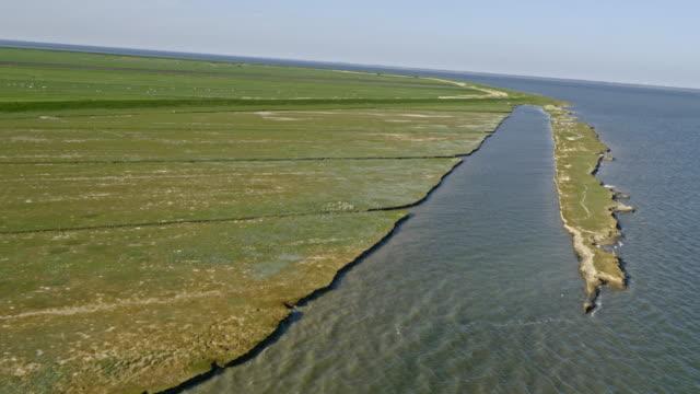 Luftaufnahme der Küste und Weiden