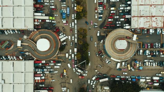 vídeos de stock, filmes e b-roll de tiro aéreo de uma estrada transversal em cidade do méxico - rotunda arquitetura