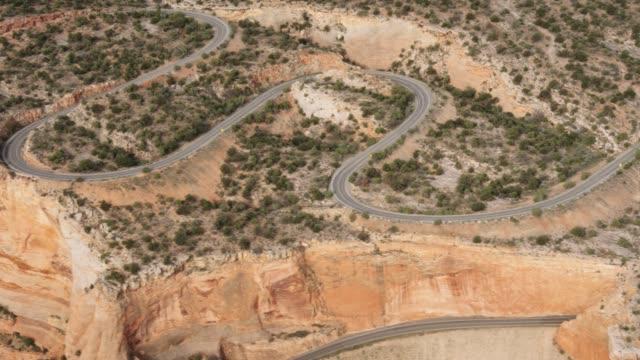 vídeos y material grabado en eventos de stock de foto aérea de una carretera con curvas en colorado occidental - grand junction