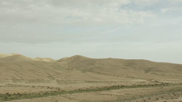 aerial shot of a desert landscape - ネゲブ点の映像素材/bロール