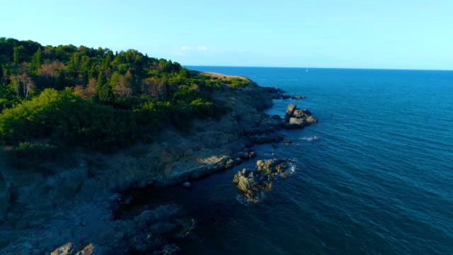 vídeos de stock e filmes b-roll de aerial shot of a drone flying backwards and revealing beautiful sea view - bulgária
