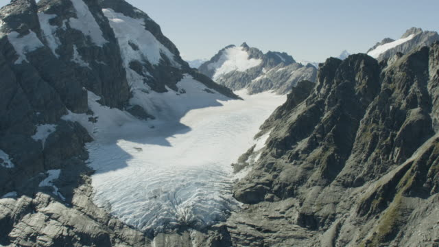 vídeos de stock, filmes e b-roll de aerial shot of a glacier in the mount aspiring national park - erodido