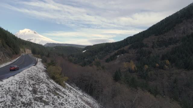 vídeos y material grabado en eventos de stock de foto aérea de una carretera que conduce a una nieve cubrió la montaña - noroeste pacífico de los estados unidos