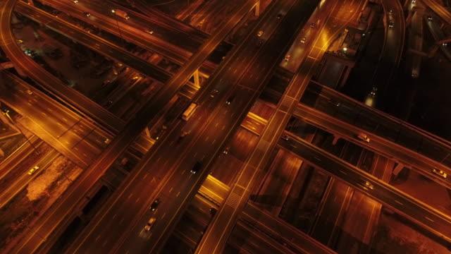 vidéos et rushes de aerial shot d'un trafic de route pendant la nuit - semi remorque