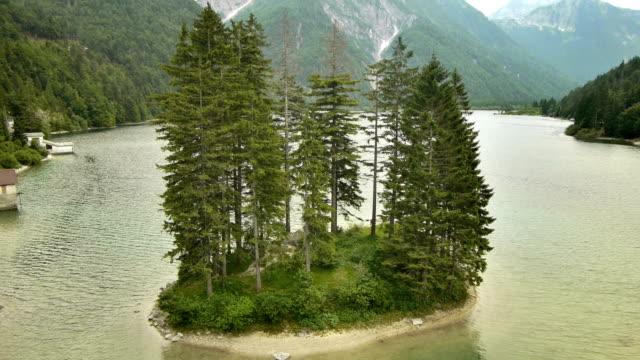 vídeos de stock e filmes b-roll de filmagem aérea de um lago lago del predil - cultura mediterrânica