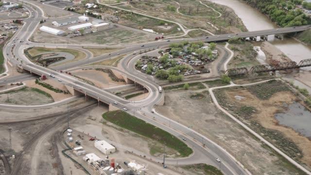 vídeos y material grabado en eventos de stock de toma aérea de un puente bucle en colorado occidental - grand junction