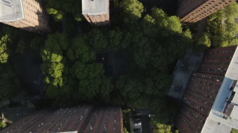 vidéos et rushes de aerial shot of a new york city housing project - hlm