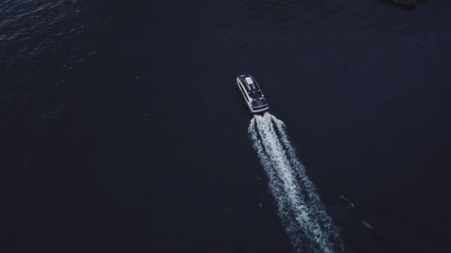 aerial shot of a nyc water tax passing through the east river. - フェリー船点の映像素材/bロール