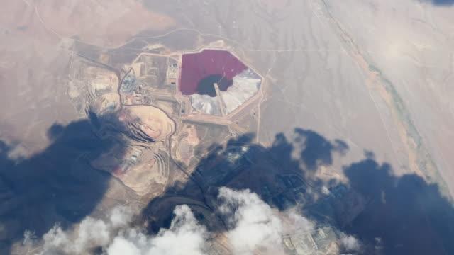 aerial shot (från flygplan) av ett stenbrott i oregon på en delvis molnig dag - miljöskada bildbanksvideor och videomaterial från bakom kulisserna