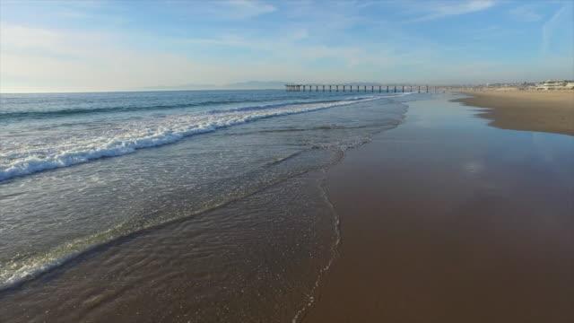 vídeos de stock, filmes e b-roll de aerial shot of a scenic beach city and ocean at sunset. - goodsportvideo