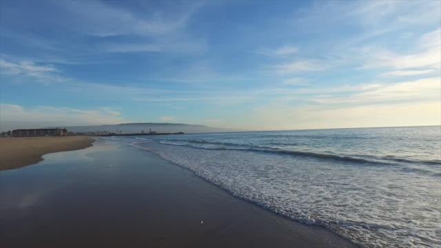 vídeos de stock, filmes e b-roll de aerial shot of a scenic beach shoreline at sunset. - goodsportvideo