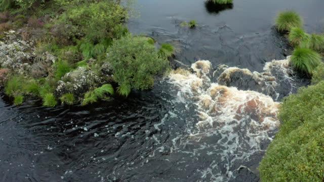 vídeos y material grabado en eventos de stock de disparo aéreo de un pequeño río escocés - johnfscott