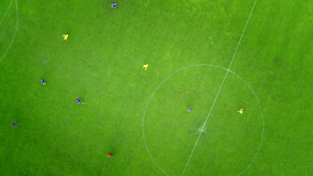 stockvideo's en b-roll-footage met aerial shot of a soccer match - schoppen lichaamsbeweging