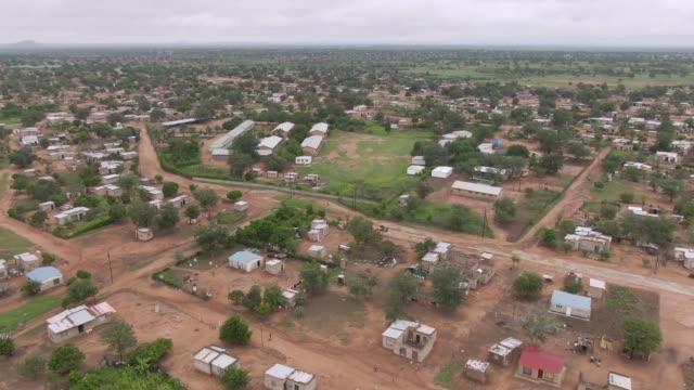 vídeos y material grabado en eventos de stock de toma aérea de una ciudad sudafricana y el paisaje circundante - vista de población