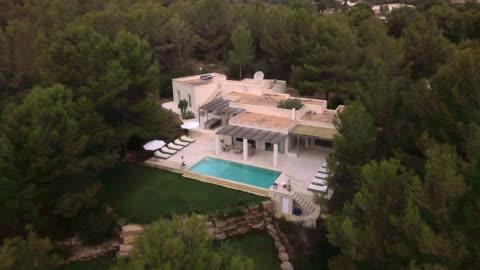vídeos y material grabado en eventos de stock de aerial shot of a sunny spanish villa. - casa independiente