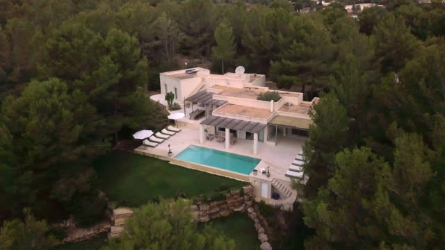 vidéos et rushes de aerial shot of a sunny spanish villa. - spain