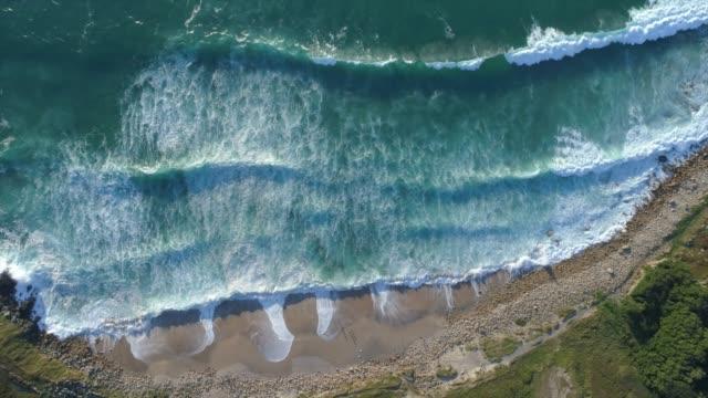 晴れた日に熱帯のビーチの空中ショット - 横位置点の映像素材/bロール