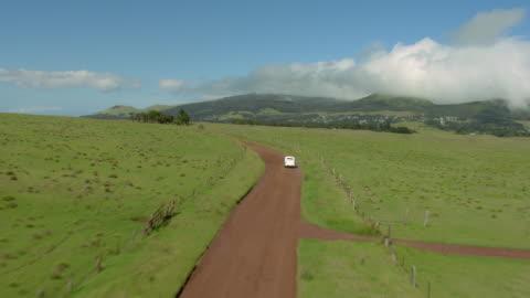 big island, hawaii - november 8, 2010: aerial shot of a vintage 1937 buick special business coupe, model 46, as it drives on a dirt road in the waimea area. - 1937 bildbanksvideor och videomaterial från bakom kulisserna