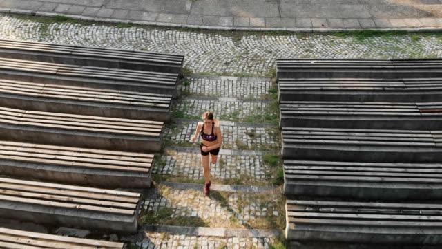 vídeos y material grabado en eventos de stock de toma aérea de una mujer que corre - corredora de footing