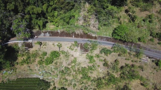 山中サイクリング若いカップルの空中ショット - レクレーション活動点の映像素材/bロール