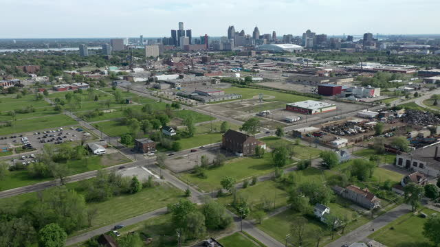 vídeos de stock e filmes b-roll de aerial shot of abandoned land in detroit - cidade fantasma