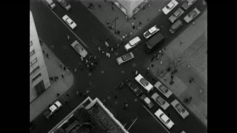 vídeos y material grabado en eventos de stock de aerial shot of an intersection in new york city with traffic - cruzar