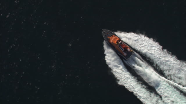 vídeos y material grabado en eventos de stock de aerial shot of an rnli lifeboat sailing along the coast of county donegal. - rescate