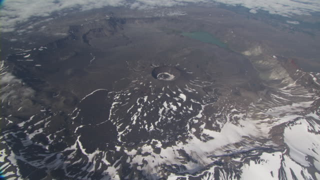 vídeos y material grabado en eventos de stock de aerial shot of aniakchak caldera, alaska, september 2010, april 2009 - caldera cráter
