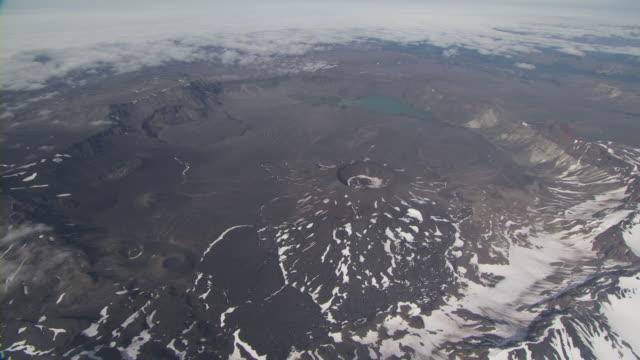vídeos y material grabado en eventos de stock de aerial shot of aniakchak caldera, alaska, september 2010 - caldera cráter