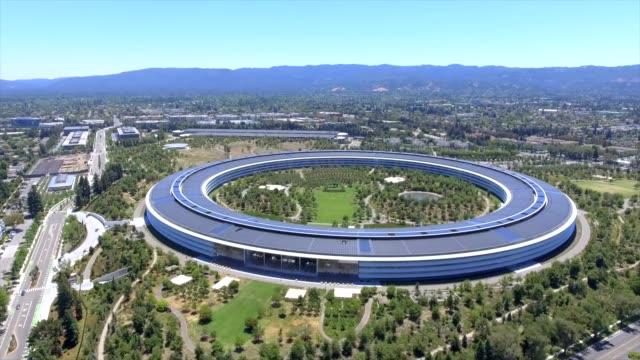 aerial shot of apple park. cupertino, california, usa. - gafam stock-videos und b-roll-filmmaterial