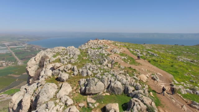 stockvideo's en b-roll-footage met aerial shot of arbel cliff with the sea of galilee in the background, lower galilee, israel - religieuze illustratie