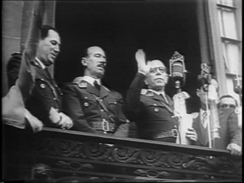 vidéos et rushes de aerial shot of argentinian crowd waiting for new president edelmiro julian farrell / president farrell waves from a balcony to crowd below / pan of... - 1944