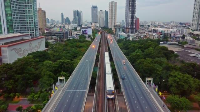チャオプラヤー川、bts とバンコク市内の空中ショット スカイ鉄道・ タークシン橋 - クワッドコプター点の映像素材/bロール